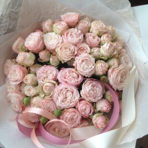 Букет из нежных пионовидных кустовых роз - фото 1