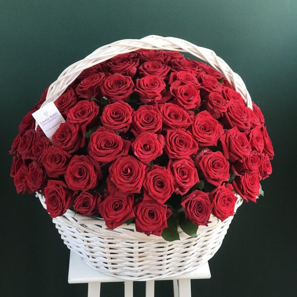 Букет из 101 голландской розы в плетеной корзине на пиафлоре - фото 1