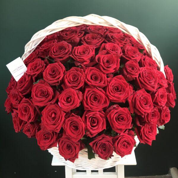 Букет из 101 голландской розы в плетеной корзине на пиафлоре - фото 2