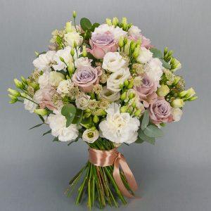 Букет из бархатных лизиантусов и роз - фото 1