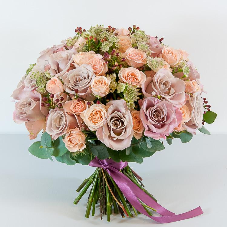 Букет Пышный букет из винтажных роз и хамелациума, изображение 1