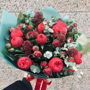Букет английских пионовидных роз со скиммией - фото 1