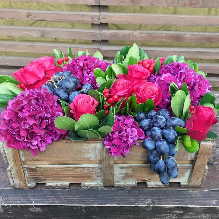 Букет Ящик с гортензиями и виноградом, изображение 1