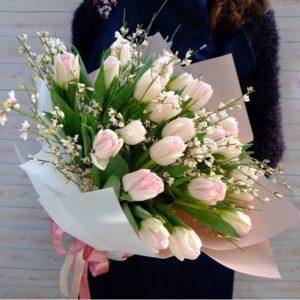 Букет тюльпанов с ароматной итальянской генистой - фото 1