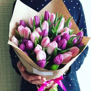 Букет из сиреневых и нежно-розовых тюльпанов - фото 1