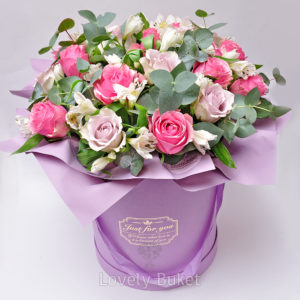 Цветочная композиция с нежными розами и альстромерией - фото 1