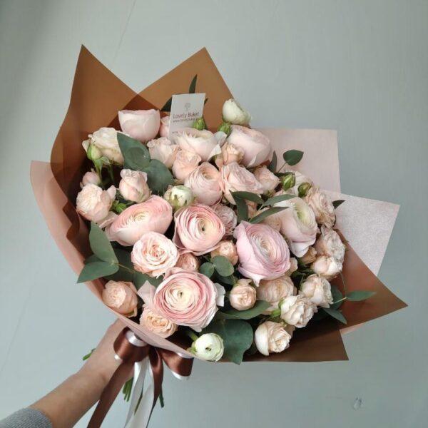 Ранункулюсы и пионовидные розы - фото 1