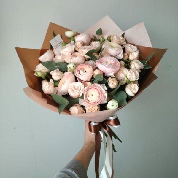 Ранункулюсы и пионовидные розы - фото 2