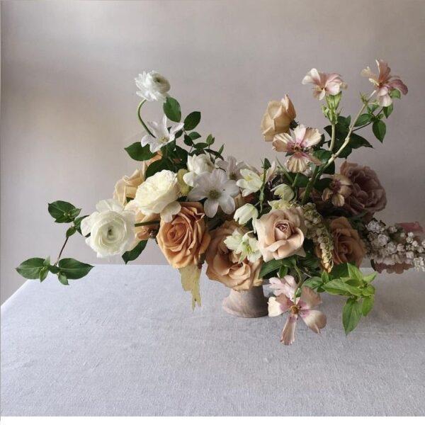 Интерьерная композиция с лютиками и соцветиями - фото 1