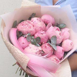 Отборные розовые пионы с ароматным эвкалиптом - фото 1
