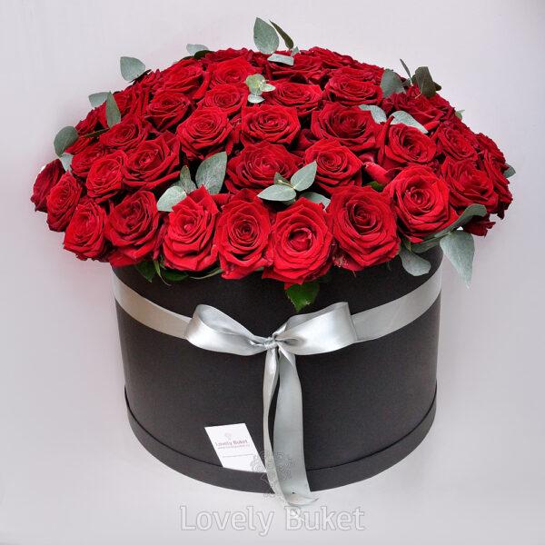 Букет из 101 красной розы с эвкалиптом - фото 1