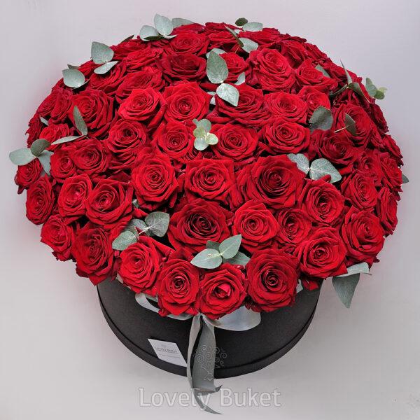 Букет из 101 красной розы с эвкалиптом - фото 2