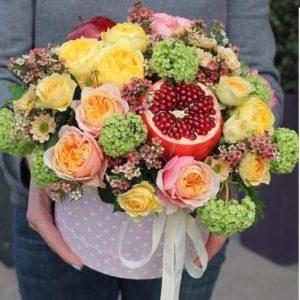 Цветочная композиция с пионовидными розами и гранатом - фото 1
