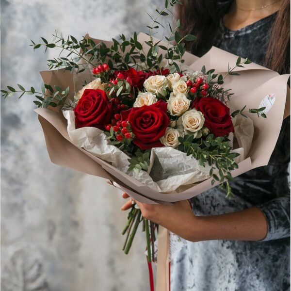 Элегантный букет с розами и ягодами гиперикума - фото 1