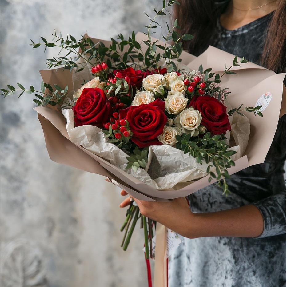 Букет Элегантный букет с розами и ягодами гиперикума, изображение 1