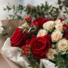 Букет Элегантный букет с розами и ягодами гиперикума, изображение 3