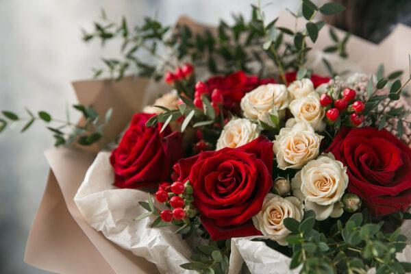 Элегантный букет с розами и ягодами гиперикума - фото 2