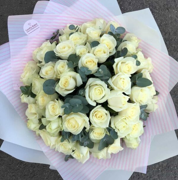 Букет из 51 белой розы с эвкалиптом - фото 2