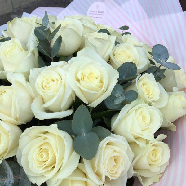 Букет из 51 белой розы с эвкалиптом - фото 3