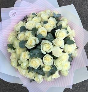 Букет из 51 белой розы с эвкалиптом - фото 1