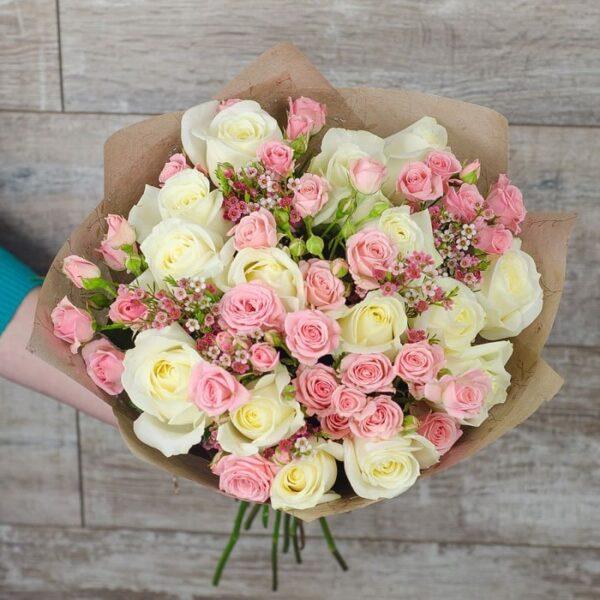 Букет из 25 роз с ароматным Хамелациумом - фото 1