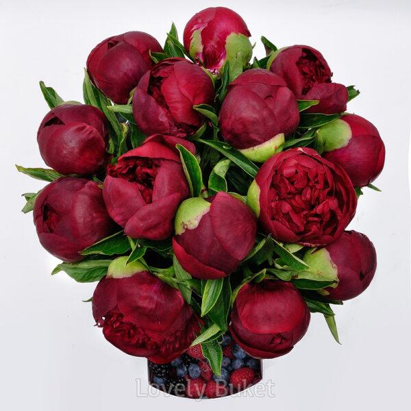 Бордовые пионы с ягодами - фото 2