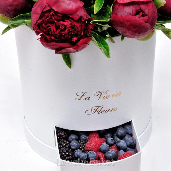 Бордовые пионы с ягодами - фото 3