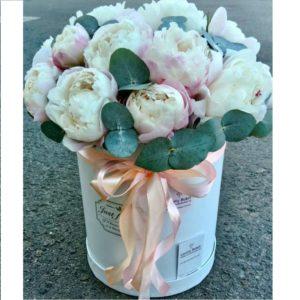Букет из пионов Gardenia в шляпной коробке - фото 1