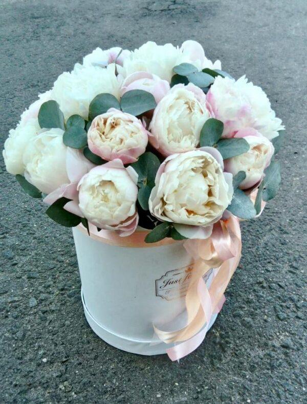 Букет из пионов Gardenia в шляпной коробке - фото 2