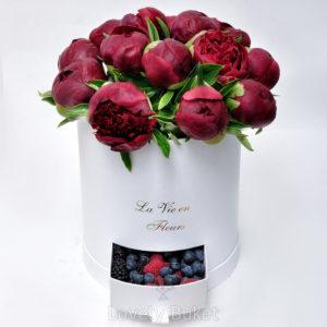 Бордовые пионы с ягодами - фото 1