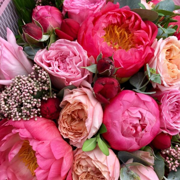 Букет с пионами, пионовидными розами и озатамнусом. - фото 2