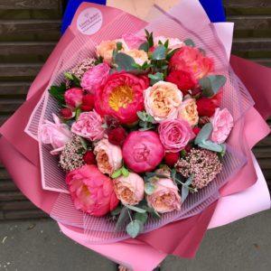 Букет с пионами, пионовидными розами и озатамнусом. - фото 1