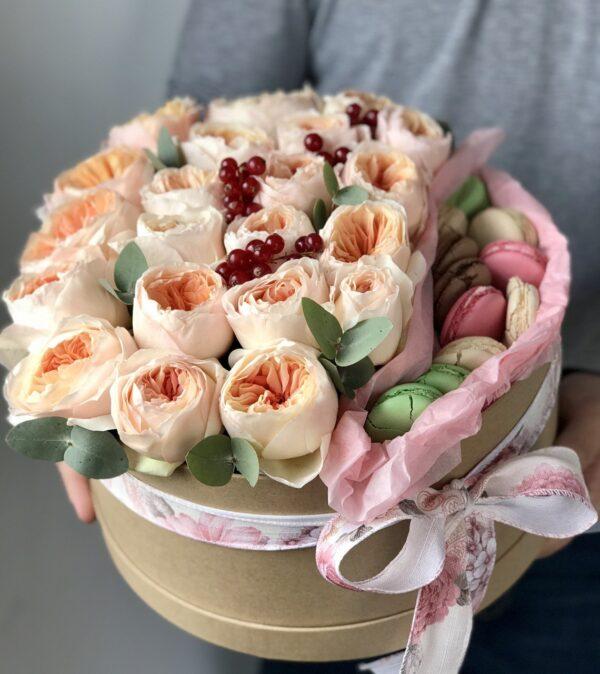 Букет элитных роз в коробке с французским печеньем - фото 2