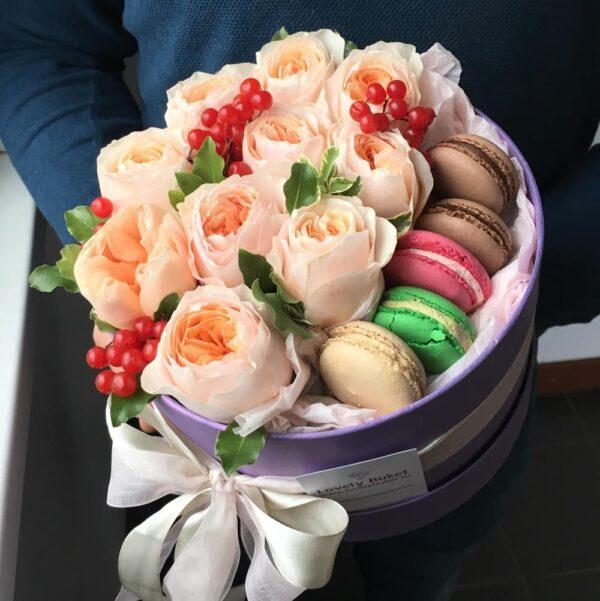 Букет элитных роз в коробке с французским печеньем - фото 1
