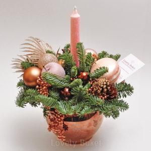 Новогодняя композиция с гроздьями бронзовых ягод - фото 1