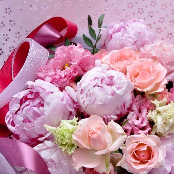 Розовые пионы и кружевные лизиантусы - фото 3