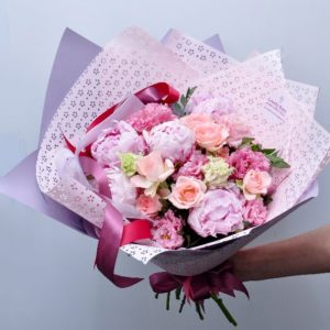Розовые пионы и кружевные лизиантусы - фото 1