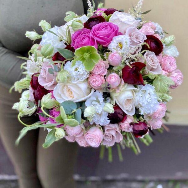 Букет бархатных анемонов с ароматным хамелациумом и розами - фото 4