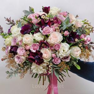 Букет бархатных анемонов с ароматным хамелациумом и розами - фото 1