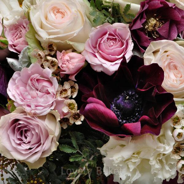 Букет бархатных анемонов с ароматным хамелациумом и розами - фото 3