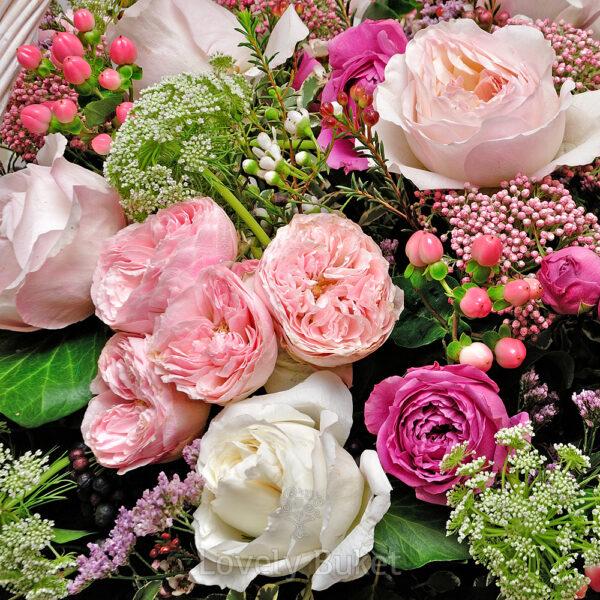 Большая корзина цветов с Бурбонскими пионовидными розами - фото 2
