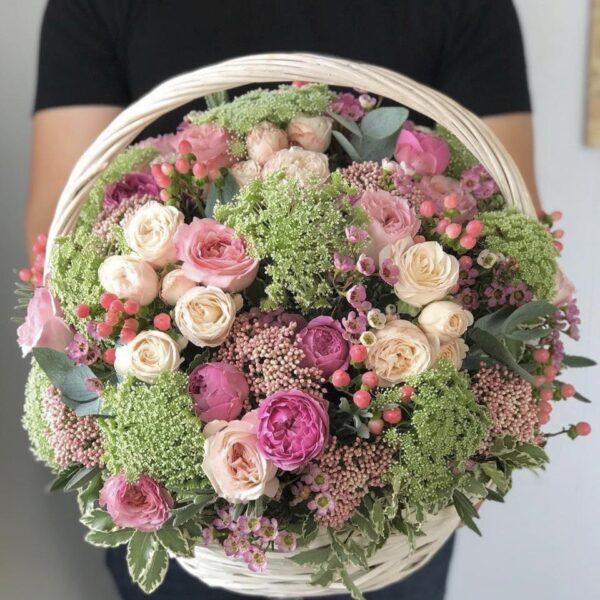 Большая корзина цветов с Бурбонскими пионовидными розами - фото 3