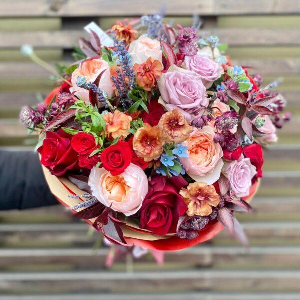 Букет в рубиново-кофейно-сиреневой гамме с садовыми розами и экзотикой - фото 2
