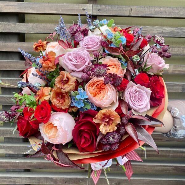 Букет в рубиново-кофейно-сиреневой гамме с садовыми розами и экзотикой - фото 1