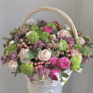 Большая корзина цветов с Бурбонскими пионовидными розами - фото 1