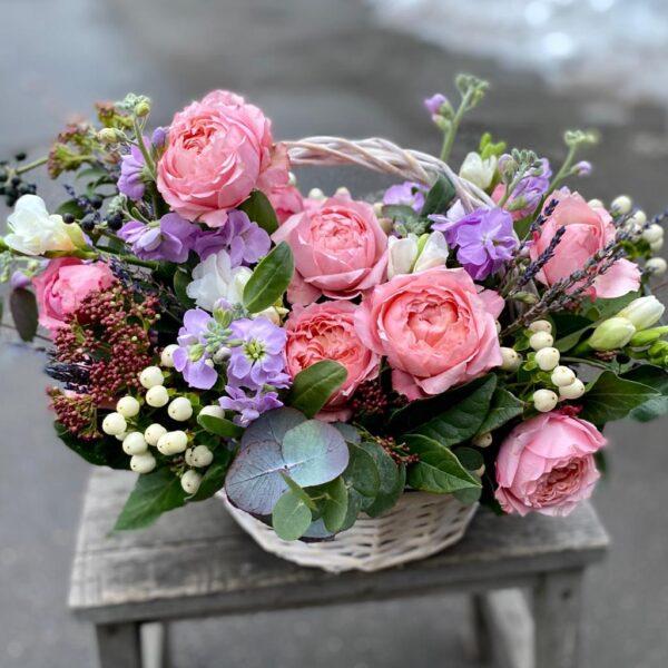 Композиция с пионовидными розами Juliet, фрезией и ягодами - фото 2