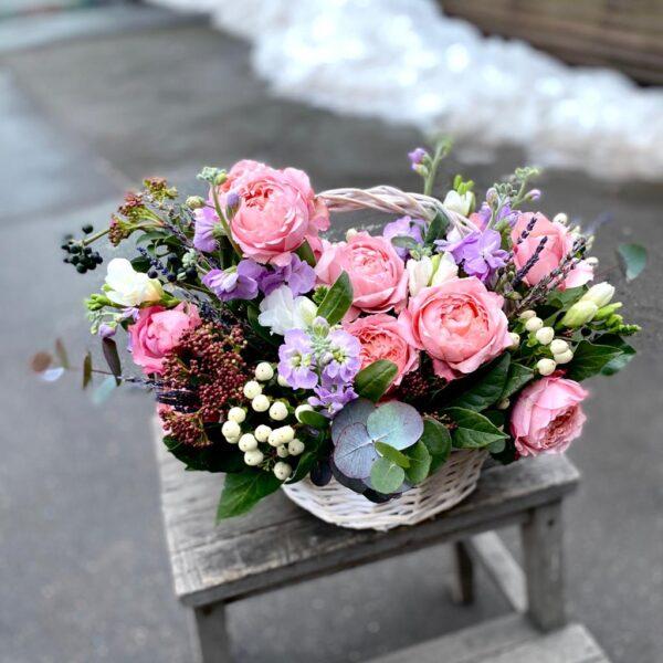 Композиция с пионовидными розами Juliet, фрезией и ягодами - фото 3