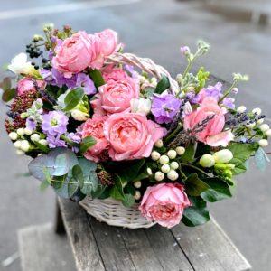 Композиция с пионовидными розами Juliet, фрезией и ягодами - фото 1