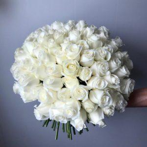 Букет из 101 белоснежной розы с крупным бутоном - фото 1