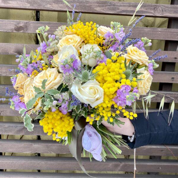 Букет с ароматной мимозой, лавандовой маттиолой и нежными розами - фото 2